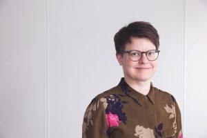 Kuvassa on Kerttu Tarjamo hymyilemässä kukallisessa kauluspaidassa.