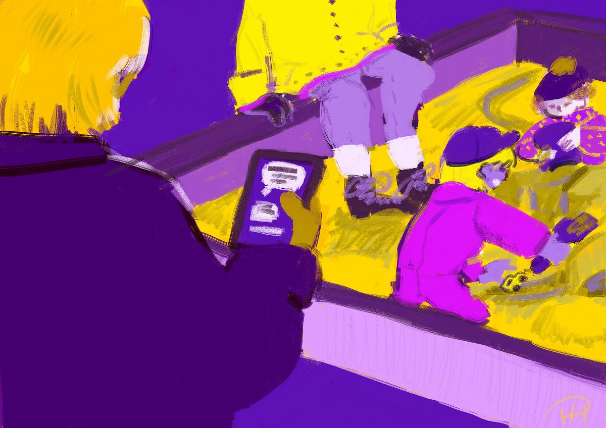 Piirretyssä kuvassa on hiekkalaatikko, jossa leikkii kaksi lasta. Yksi henkilö istuu toisella laidalla hiekkalaatikkoa ja toinen henkilö seisoo etualalla pidellen älypuhelinta, jossa näkyy chat-ikkuna.