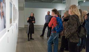 Opas Laura Porola kertoo yleisölle Alec Sothin näyttelystä syksyllä 2016. Kuva: Virve Laustela / Suomen valokuvataiteen museo.
