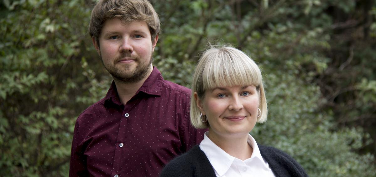 Kuvassa on etualalla Aleksina Tikkinen ja hänen takanaan Touko Niinimäki. Taustalla näkyy vehreää luontoa.