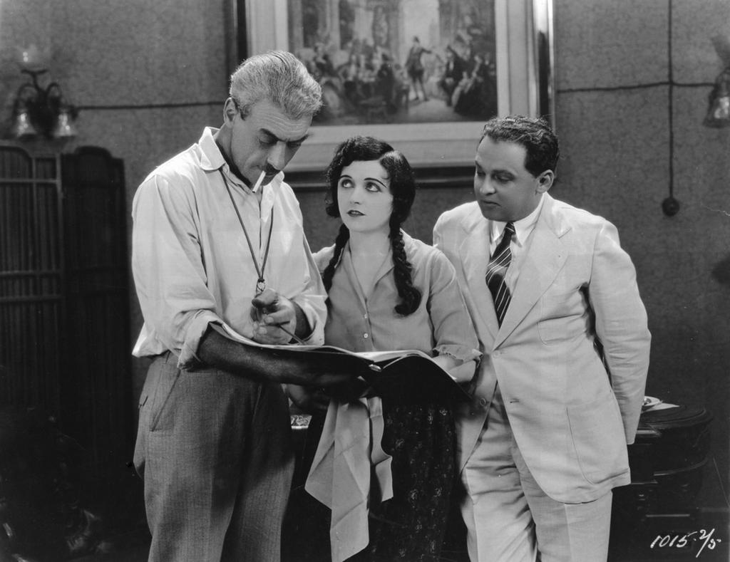 Elokuvaohjaaja Stiller ja Greta Garbo sekä miespääosan esittäjä elokuvan kuvauksissa.