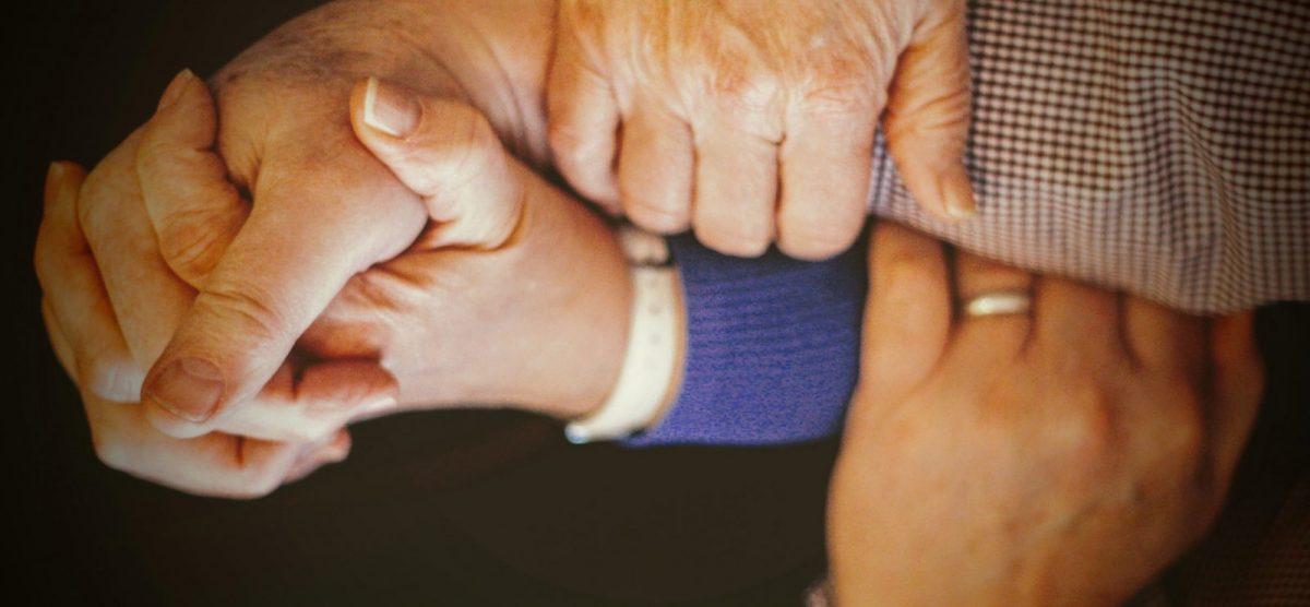senioreiden käsiä