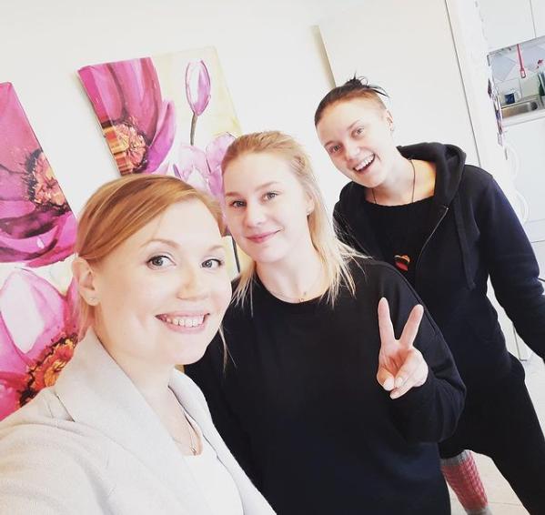 Kuvassa Kouvolan sateenkaarevan nuorisotyön tiimi Jenna Lampinen, Camilla Metsäranta, joka näyttää sormillaan peace-merkkiä, ja Sanni Laurila.