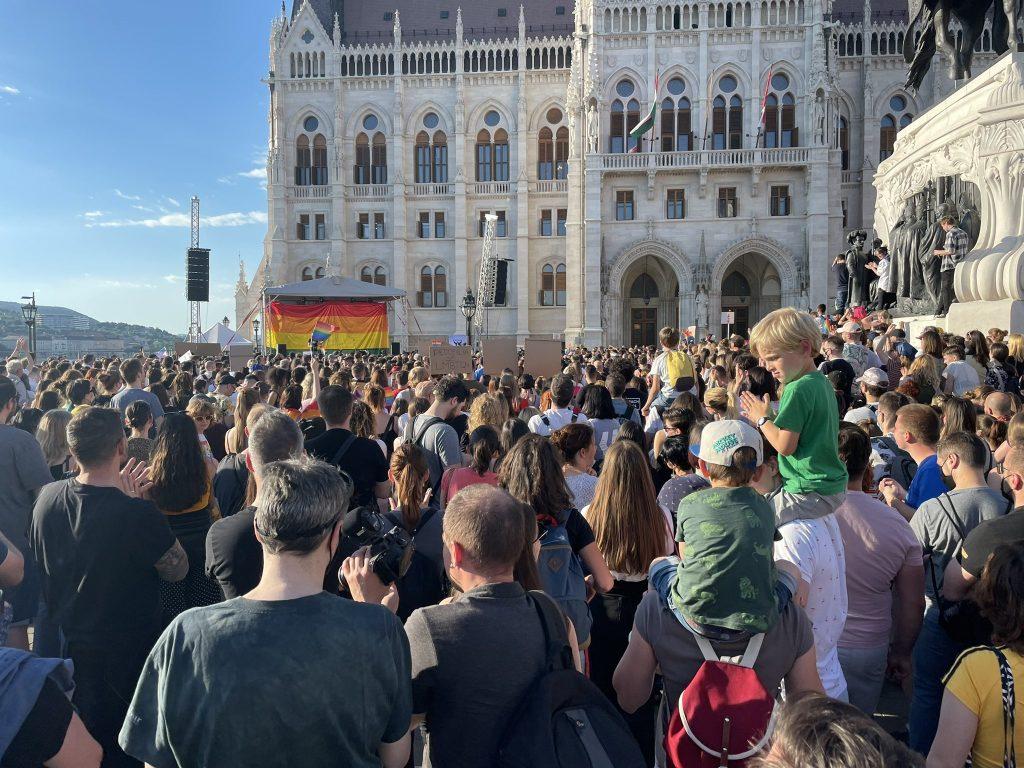 Kuvassa on mielenosoitus Unkarin parlamentin edustalla.